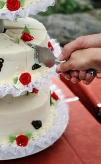 traditionelle Torte mit roten Rosen