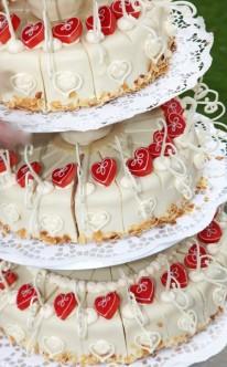 Torte mit weiß-roter Kombination