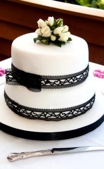 weiße Torte mit schwarzer Spitze