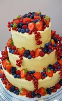 Vanilletorte mit beerigen Früchten
