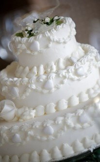 weiße Hochzeitstorte mit detailreichen Verzierungen