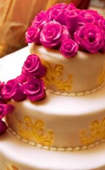 pinke Rosen und goldene Muster zieren diese Torte