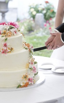 rosa, weiße und gelbe Zuckerblüten als Dekoration