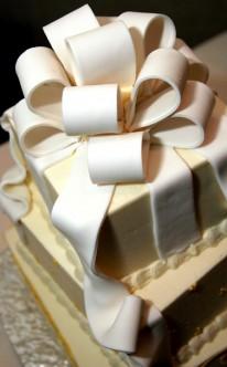 riesige Schleife auf eckiger Torte