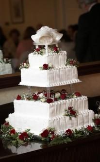 Hochzeitsglocken als Höhepunkt auf der Torte