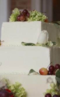 weiße Torte mit besonders fruchtiger Dekoration