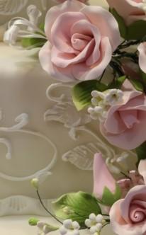 rosa Blumenmeer verziert weiße Hochzeitstorte