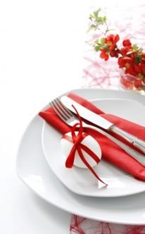 Originelle Tischdekoration in Rot und Weiß