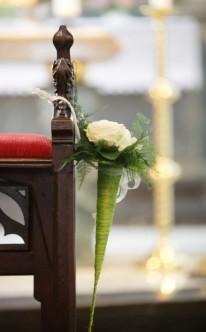 Kirchendekoration mit gelben Rosen