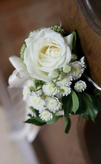 Kirchendekoration mit weißen Rosen
