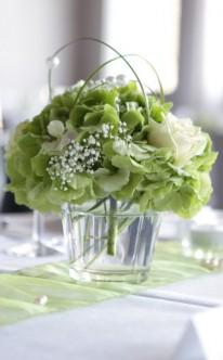 Dezente Tischdekoration in Grün und Weiß