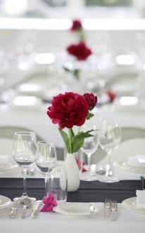 Tischdekoration mit Pfingstrosen