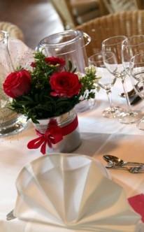 Tischdekoration in Rot und Weiß