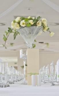 Blumenschmuck in hoher Vase