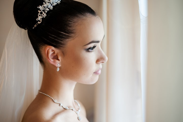 Klassischer Dutt mit Perlenschmuck