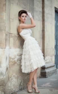 Kurzes Etui-Brautkleid mit Spitze