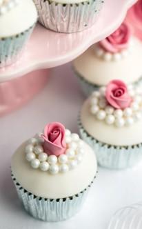 Perlen und Rosen zieren diese Muffins