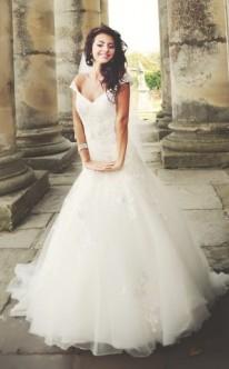 Strahlende Braut im Prinzessinnen-Brautkleid