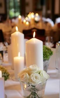 Romantisch mit Kerzen und Rosen