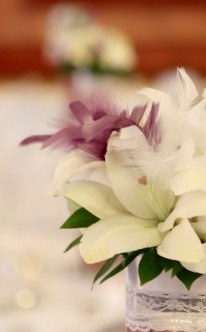 Tischdekoration mit Blumen und Federn