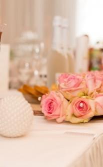 Rosengirlande als Tischdekoration