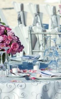 Verspielte Tischdekoration im Freien