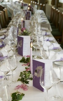 Tischdekoration in lila Laune