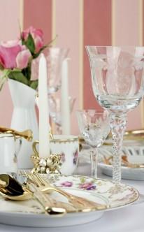 Tischdekoration mit Blümchenmustern