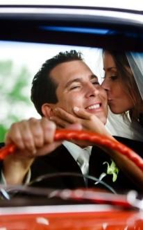 Brautpaar in rotem Cabrio