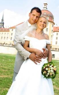 Bräutigam hält seine glückliche Braut in den Armen