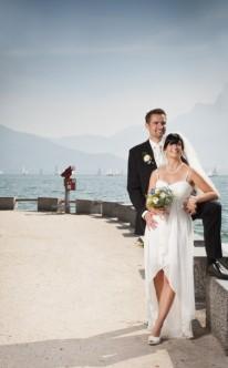 Brautpaar schaut gemeinsam aufs Wasser