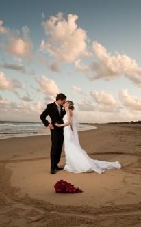 Brautpaar küsst sich am Sandstrand