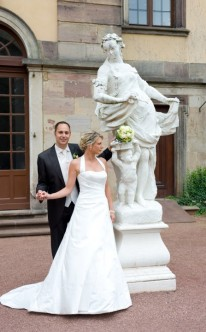 Brautpaar mit Statue abgelichtet