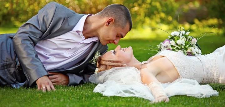 Hochzeitsfoto Kuss auf Grün