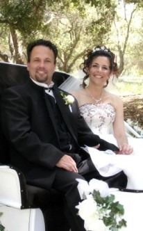 Brautpaar in einer weißen Hochzeitskutsche