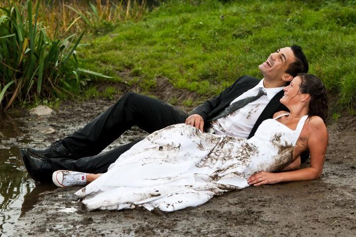 Ausgefallene Idee: Brautpaar im Matsch