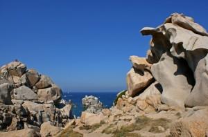Zerklüftete Insel bei Sardinien