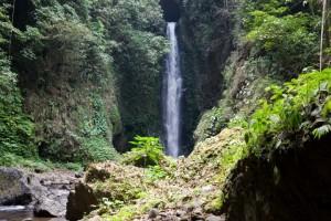 Stürzende Wasser auf Bali