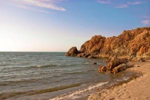Zerklüftete Felsen reichen ins Meer vor Mexiko