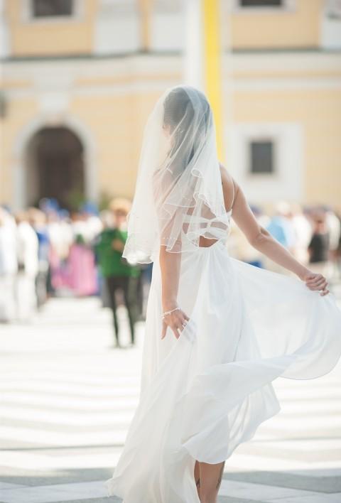 Luftiges Brautkleid im Wind