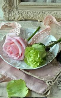Vintage-Deko mit Rosen und Spitze