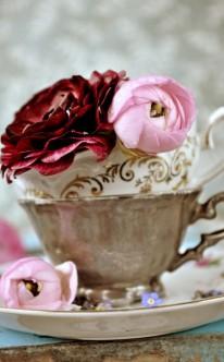 Vintage-Tassen mit Blumen