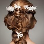 Brautfrisuren mit Blumen: Floraler Chic für die Haare