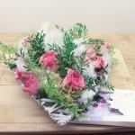 Romantisches Blumengesteck mit finanziellem Dünger