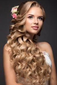 Braut mit langen lockigen Haaren