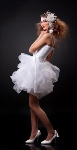 Braut im Minikleid