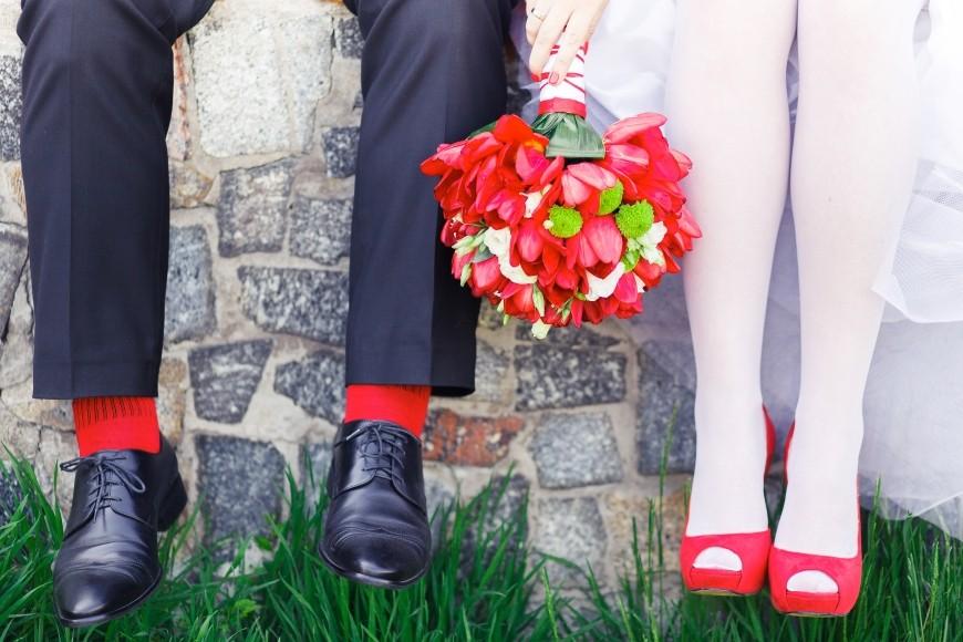 Hochzeitsschuhe für den Bräutigam mit roten Socken