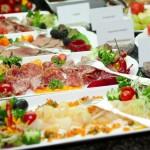 Buffet mit Salami, Fisch und anderem Aufschnitt