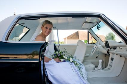 Braut mit Auto zur Hochzeit