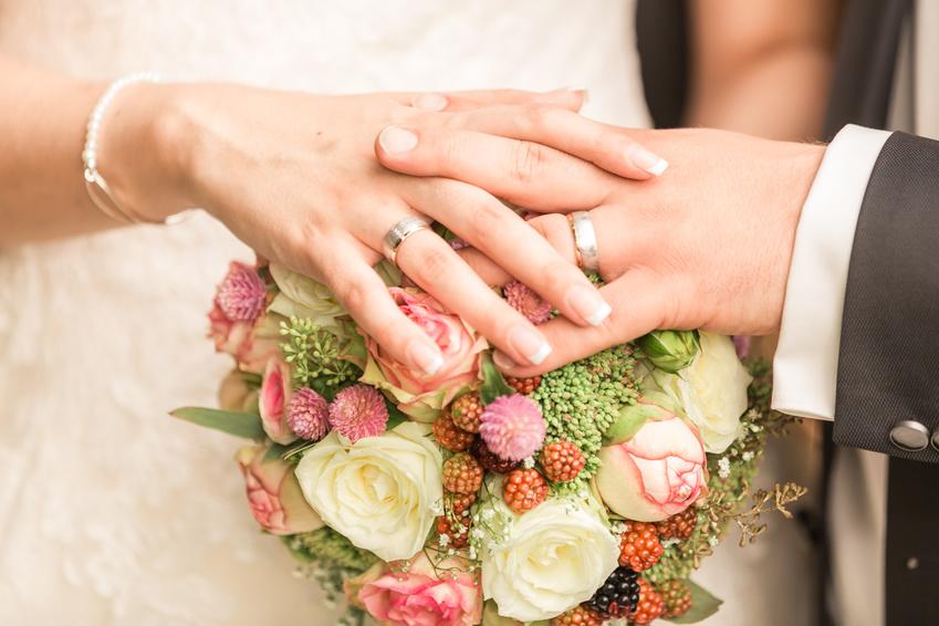 Eheringe auf Brautstrauß